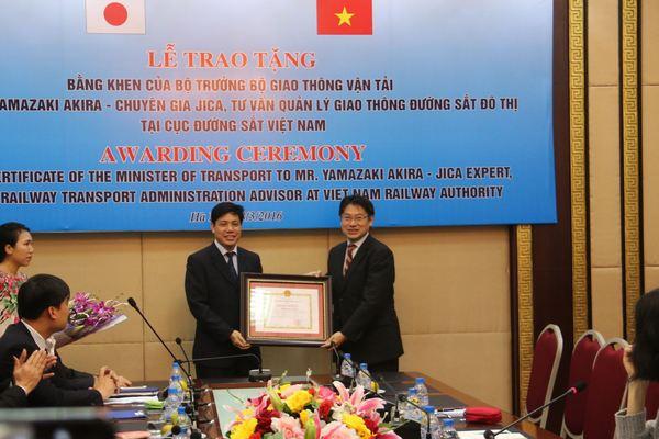 Bộ GTVT trao tặng Bằng khen cho ông Yamazaki Akira - Chuyên gia JICA, tư vấn quản lý giao thông đường sắt đô thị