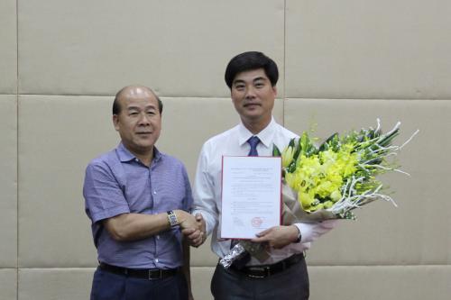 Thứ trưởng Nguyễn Văn Công trao Quyết định bổ nhiệm ông Nguyễn Trí Đức giữ chức Chánh Văn phòng Bộ GTVT